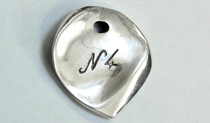 [Concours] Gagnez – trop facilement – un médiator en argent «Le Niglo n°4»