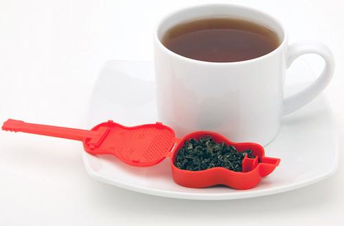 Idée cadeau pour guitariste amateur de thé : l'infuseur guitare.