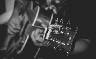 guitare folk photo noir et blanc