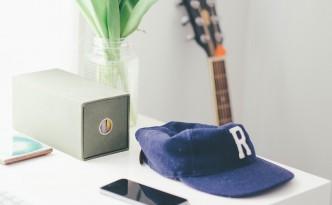 Casquette bleue et guitare avec iphone