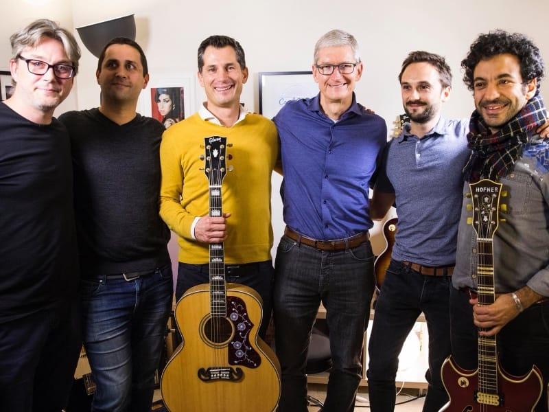 Tim Cook – le boss de Apple – chez les amoureux de la guitare