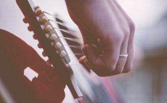 Main jouant de la guitare